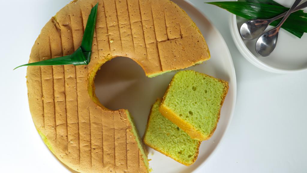 Local Singapore Snacks: Pandan Chiffon Cake